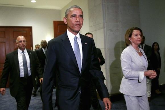 Obama se reúne Nancy Pelosi, líder de la minoría demócrata en la Cámara en el Capitolio en Washington. Foto: Reuters