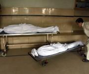 Varios operarios trasladan cuerpos de víctimas afectadas por golpes de calor en un hospital de Karachi, en el sur de Pakistán. Según un portavoz de Emergencias del hospital de Jinnah, en solo 24 horas se han atendido más de 3.000 personas por las altas temperaturas. Foto: EFE.