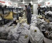 Varios operarios apilan cuerpos de víctimas afectadas por golpes de calor en una morgue en Karachi (Pakistán). En los últimos cuatro días, casi 700 personas han muerto en el sur del país. A finales de mayo, otra ola de calor causó unos 2.000 muertos en el sureste de la vecina India. Foto: EFE.