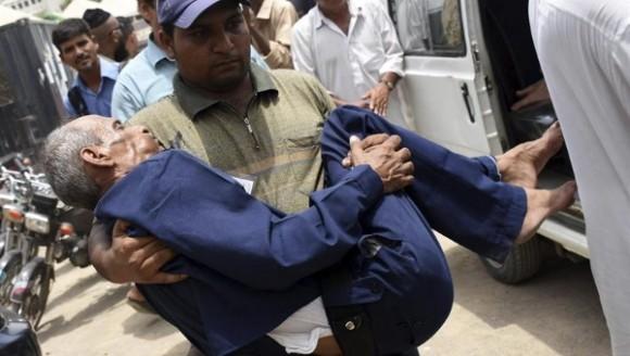 Los cortes de electricidad afectaron el suministro de agua, que era adquirida por los pudientes a camiones cisterna. Foto: Reuters.