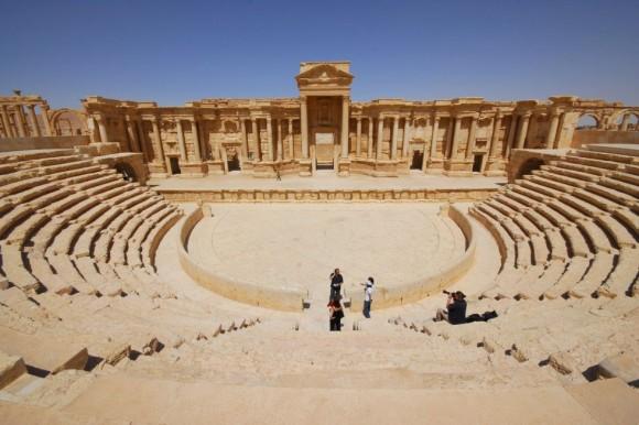 """La directora general de la Unesco, Irina Bokova, ha pedido """"un alto el fuego inmediato"""". """"Estoy muy preocupada por la situación de Palmira, declarada Patrimonio de la Humanidad. Los combates amenazan uno de los lugares más significativos de Oriente Próximo"""". En la imagen, turistas en el antiguo teatro de Palmira. Foto: Omar Sanadiki/ Reuters."""