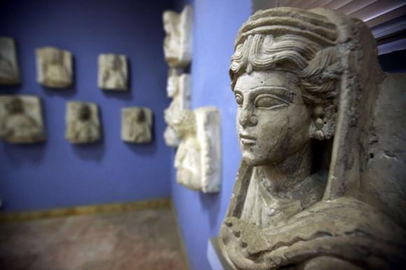 El responsable sirio de patrimonio histórico aseguró que antes de la irrupción del EI las autoridades consiguieron trasladar a lugares seguros estatuas y objetos artísticos. En la imagen, detalle de una escultura expuesta en el museo de la ciudad, en marzo de 2014. Foto: Joseph Eid/ AFP.
