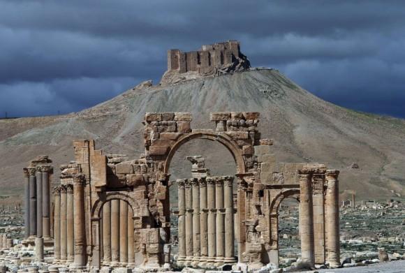 Palmira fue punto de encuentro de las caravanas en la Ruta de la Seda, que atravesaban el árido centro de Siria. Situada a 240 kilómetros al noreste de Damasco, es también un enclave que abre la vía hacia el valle del río Éufrates, donde el Califato asienta aguas arriba su principal centro de poder, en la ciudad de Raqqa. Foto: Joseph Eid/ AFP.