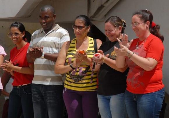 """Nexy Véliz Naranjo (D), Presidenta Nacional de la Organización de Pioneros José Martí (OPJM), preside la ceremonia de cambio de atributos pioneriles en la escuela primaria Jesús Suárez Gayol, en tributo al Comandante Ernesto """"Che"""" Guevara y al General Antonio Maceo, en Camagüey, Cuba, el 12 de junio de 2015.   AIN  FOTO/  Rodolfo BLANCO CUÉ/ rrcc"""