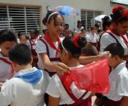 """Ceremonia de cambio de atributos pioneriles a escolares de la primaria Jesús Suárez Gayol, en tributo al Comandante Ernesto """"Che"""" Guevara y al General Antonio Maceo, en Camagüey, Cuba, el 12 de junio de 2015.   AIN  FOTO/  Rodolfo BLANCO CUÉ/ rrcc"""