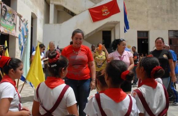 """Nexy Véliz Naranjo (C), Presidenta Nacional de la Organización de Pioneros José Martí (OPJM), preside la ceremonia de cambio de atributos pioneriles en la escuela primaria Jesús Suárez Gayol, en tributo al Comandante Ernesto """"Che"""" Guevara y al General Antonio Maceo, en Camagüey, Cuba, el 12 de junio de 2015.   AIN  FOTO/  Rodolfo BLANCO CUÉ/ rrcc"""