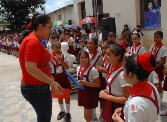 """Nexy Véliz Naranjo (I), Presidenta Nacional de la Organización de Pioneros José Martí (OPJM), preside la ceremonia de cambio de atributos pioneriles en la escuela primaria Jesús Suárez Gayol, en tributo al Comandante Ernesto """"Che"""" Guevara y al General Antonio Maceo, en Camagüey, Cuba, el 12 de junio de 2015.   AIN  FOTO/  Rodolfo BLANCO CUÉ/ rrcc"""