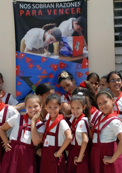 """Pioneros de la escuela primaria Jesús Suárez Gayol, exhiben sus nuevos atributos, durante la ceremonia en tributo al Comandante Ernesto """"Che"""" Guevara y al General Antonio Maceo, en Camagüey, Cuba, el 12 de junio de 2015.   AIN  FOTO/  Rodolfo BLANCO CUÉ/ rrcc"""