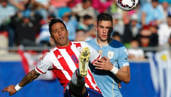 De Paraguay Lucas Barrios lucha por el balón con el Uruguay José Giménez. Foto: Reuters