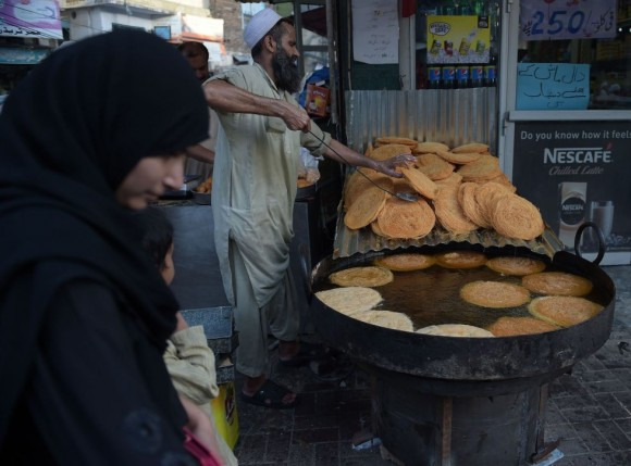 En la fiesta del final del Ayuno también es típico que los musulmanes hagan regalos a los niños, se les vista con ropa nueva y acudan a la mezquita para la primera oración de la mañana. Al salir del rezo, toda la familia acude al cementerio a recordar a sus parientes fallecidos y por la tarde visitan a familiares y amigos. En la imagen, un panadero paquistaní prepara vermicelli, un tipo de pasta muy consumido durante el Ramadán, en Rawalpindi, Pakistán.
