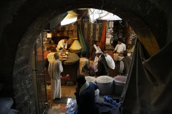 un mercado yemení donde los musulmanes compran y se preparan para el mes de ayuno, en el que no comen desde que amanece hasta que se pone el sol, pero una vez que se hace de noche, las familias se juntan para reponer fuerzas con un menú a base de dátiles, sopa Harira, shebakia y cordero. Foto: AP.