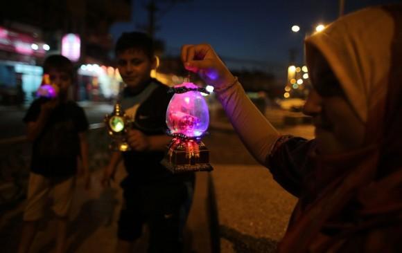 El ayuno en el mes de ramadán se realiza en las horas de sol. Solamente se puede comer antes del amanecer y después del atardecer. Cada año el mes en el que se celebra Ramadán cambia en torno al mes lunar. En la imagen, niños palestinos sostienen linternas tradicionales o 'Fanous' que se utilizan para dar paso al mes sagrado de los musulmanes, en Rafah, al sur de la Franja de Gaza. Foto: AFP.