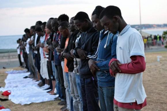 Inmigrantes musulmanes durante la oración al comienzo del mes de Ramadán, en Ventimiglia, en la frontera italiana con Francia, donde han llegado tras una difícil travesía por el Mediterráneo desde el norte de África. Foto: EFE.