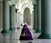 Hay cuatro hechos que invalidan el ayuno y obligan a pagar el kaffāra, que consiste en liberar a un esclavo o ayunar dos meses, sino, se puede dar de comer a 60 pobres. Esos hechos son: comer, beber o tener relaciones sexuales durante la abstinencia, masturbarse, vomitar intencionadamente o realizar cualquier acto que invalide el ayuno siendo consciente de sus consecuencias. En la imagen, una mujer musulmana lee el Corán en una mezquita de Yakarta, Indonesia. Foto: AP.