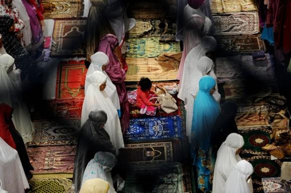 Según los preceptos islámicos, el ayuno es deber del musulmán adulto, sano de juicio, saludable, residente (que no esté viajando), bien sea hombre o mujer. En lo que respecta a la mujer, debe estar fuera de la menstruación y del puerperio. En la imagen, mujeres musulmanas indonesias oran la mezquita Al-Akbar de Surabaya, Indonesia. Foto: Getty Images.