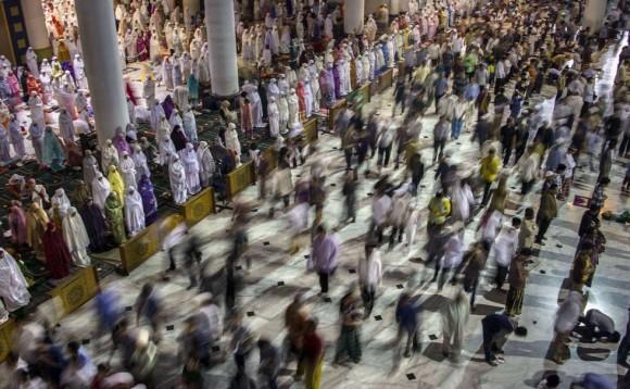 . En la imagen, una mezquita de Surabaya, al este de la isla de Java, abarrotada de fieles que asisten a las primeras oraciones del mes del Ramadán. Foto: AFP.