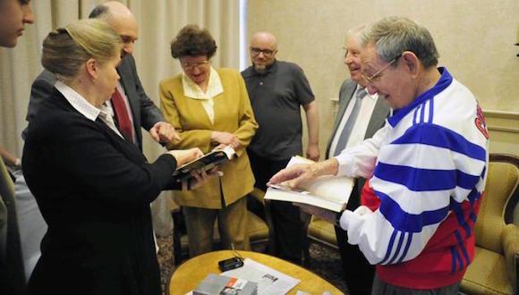 Durante la reciente visita a Moscú con motivo de los festejos por el 70 aniversario de la victoria sobre el fascismo, Raúl se reunió con Leonov y su familia. Foto: Estudios Revolución