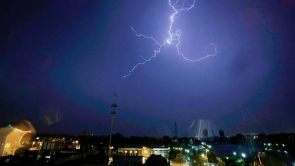 Un rayo ilumina las afueras de Joliet, Illinois. Un fuerte tornado causó destrozos en la región. Foto: Getty