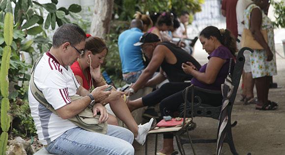Muchos acuden a disfrutar de las cualidades del Laboratorio del Arte. Foto: Ismael Francisco/ Cubadebate