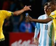 El delantero jamaicano Deshorn Brown se toma un selfie con Messi. Foto: notihoy.com