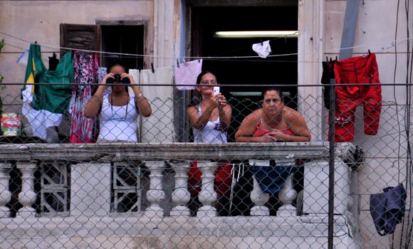 Aficionados desde sus casas. Foto: Ladyrene Pérez/ Cubadebate.