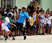 Sergio Ramos compartió con niños en la Habana Vieja. Foto: Ladyrene Pérez/ Cubadebate.