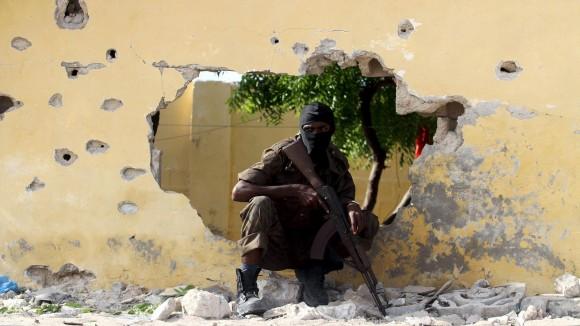 Un soldado toma posición en la escena de un atentado suicida hecho por militantes de Al Shabaab, en Mogadiscio, Somalia. Cuatro hombres murieron tras la explosión de un coche bomba en un campo de entrenamiento de una agencia de inteligencia nacional. Foto: Reuters