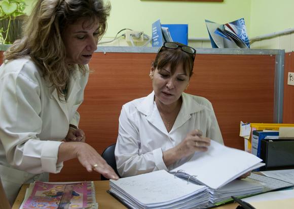La Dra Aymeé Festary estudia los nuevos casos con la Licenciada en Sicología Caridad Mayra Villafranca. Foto: Ladyrene Pérez/Cubadebate