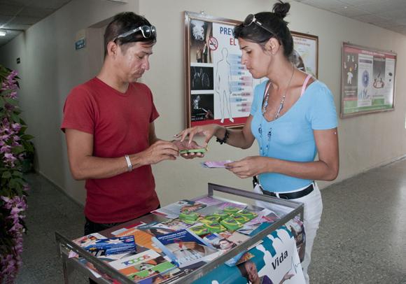 Los promotores Osmany Pompa y Ángel Oquendo preparan sus materiales para informar a los jóvenes. Foto: Ladyrene Pérez/ Cubadebate