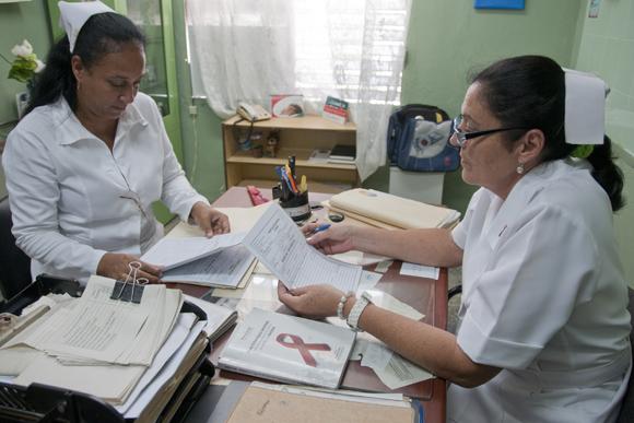 En el Policlinico Bernardo Pose las licenciadas en enfermería María Elena Rodríguez y Vitalia Novo, examinan las visitas de un día de trabajo. Foto: Ladyrene Pérez/Cubadebate.