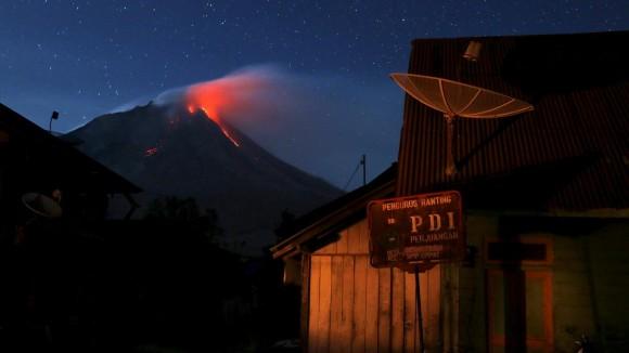 Más de 10 mil personas de doce pueblos, ubicados en las laderas del Monte Sinabung, en Indonesia, abandonaron sus hogares y se trasladaron a campos de refugiados debido a la erupción del volcán. Foto: Reuters