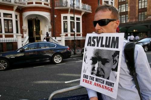 Simpatizante del fundador de Wikileaks, Julian Assange, frente a la legación diplomática de Ecuador en Londres. El australiano dio a conocer esta semana que la justicia sueca no acudió a una cita para tomarle declaración. Foto: Reuters.