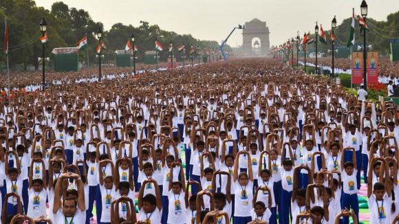 Miles de personas hicieron yoga al aire libre en Nueva Delhi, India. Millones en todo el mundo celebraron el primer Día Internacional del Yoga. Foto: AP