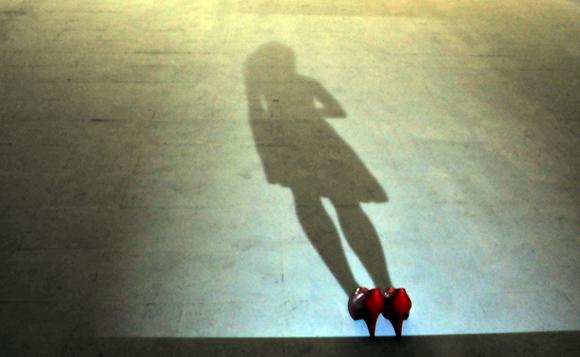 La sombra de una mujer en movimiento proyectada en el suelo, parte de la instalación Sombras del ayer, de Ernesto Rancaño. Foto: Ladyrene Pérez/ Cubadebate