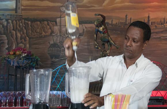 El Premio Rey del Daiquirí fue para el cubano Pedro Iván del Restaurante El Aljibe. Foto: Ladyrene Pérez/ Cubadebate.