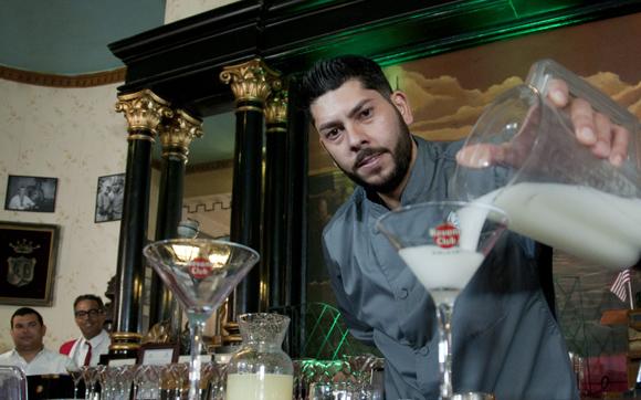 Manuel Picón, Barman del Hotel Fointanbleau de Miami, quien pide como música acompañante al Gran Combo de su Puerto Rico natal. Foto: Ladyrene Pérez/ Cubadebate.