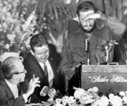 Cubriendose de las luces de las lamparas, Fidel comienza a hablar ante los miembros de la Sociedad de Editores de Prensa de Washingon