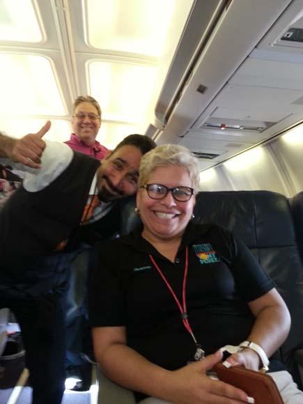 Damaris Carrasquillo, encargada del vuelo Turismo; Tony Pérez y el sobrecargo cubano.