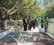 Depositando-una-ofrenda-floral-en-el-monumento-al-piloto-cubano-caído-en-Lubango.