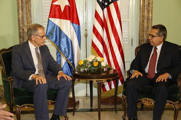 Ministro de Relaciones Exteriores (Interino) Marcelino Medina y Jeffrey DeLaurentis, jefe de la Sección de Intereses de los EEUU en La Habana, en la sede de la Cancillería cubana. Foto: MINREX