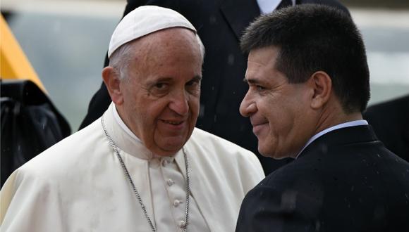 El papa Francisco y el presidente de Paraguay, Horacio Cartes se saludan en el aeropuerto. Foto: AFP