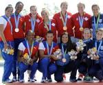 El podio de las premiaciones del canotaje femenino K4 con las cubanas en el segundo lugar. Foto AP
