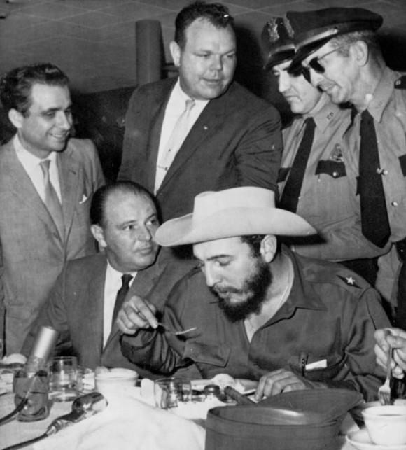 Fidel, después de su llegada a Houston, Texas. Lleva un sombrero que le obsequiaron al recibirlo. Foto: Revolución