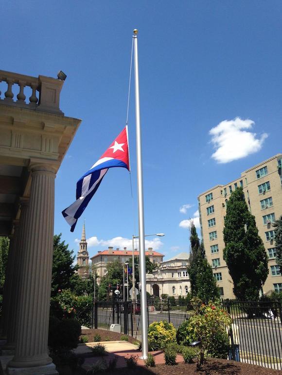 La bandera cubana ondea a media asta en Washington DC, este 23 de julio, en reciprocidad al duelo decretado por el gobierno de los Estados Unidos. Foto: Cubadebate