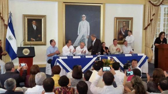 Encuentro entre presidente Sánchez Cerén, diputados FMLN y los 5 cubanos que fueron encarcelados en EE.UU. | Foto por elsalv