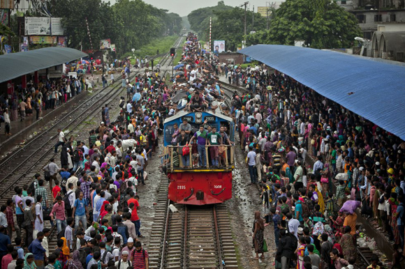 Miles de musulmanes de Bangladesh viajan en tren a sus respectivos pueblos para celebrar en familia el Eid Al-Fitr, o final del mes de Ramadán. Foto: Getty Images