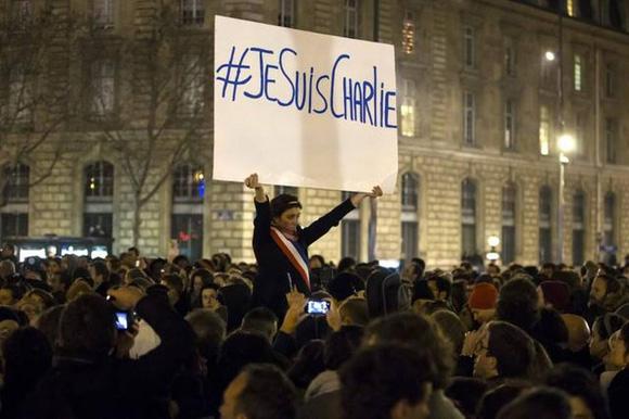 Miles de personas asisten a una vigilia el miércoles 7 de enero de 2015, en Place de la Republique, centro de París. Foto: EFE.