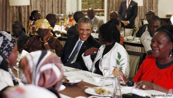 Obama cena con su familia en un hotel de Nairobi. Foto: Reuters.
