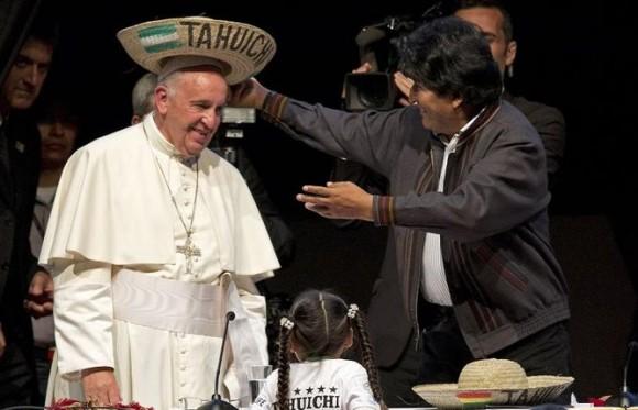 Evo Morales le pone a Francisco el sombrero de Saó.
