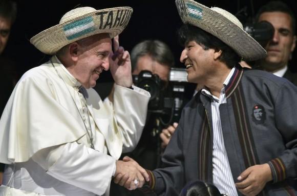 Francisco y Evo Morales, con el sombrero de Saó.